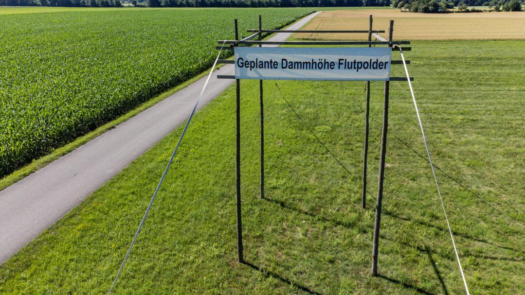 Eine Holzkonstruktion bei Wörth an der Donau soll die Höhe eines Polderdammes symbolisieren.