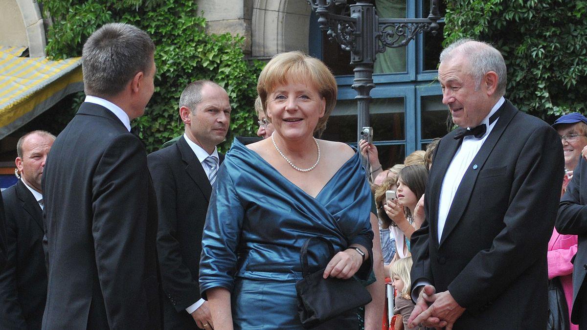 2008: Bundeskanzlerin Angela Merkel (M.) und Bayerns Ministerpräsident Günther Beckstein (CSU) bei den Richard Wagner Festspielen in Bayreuth.