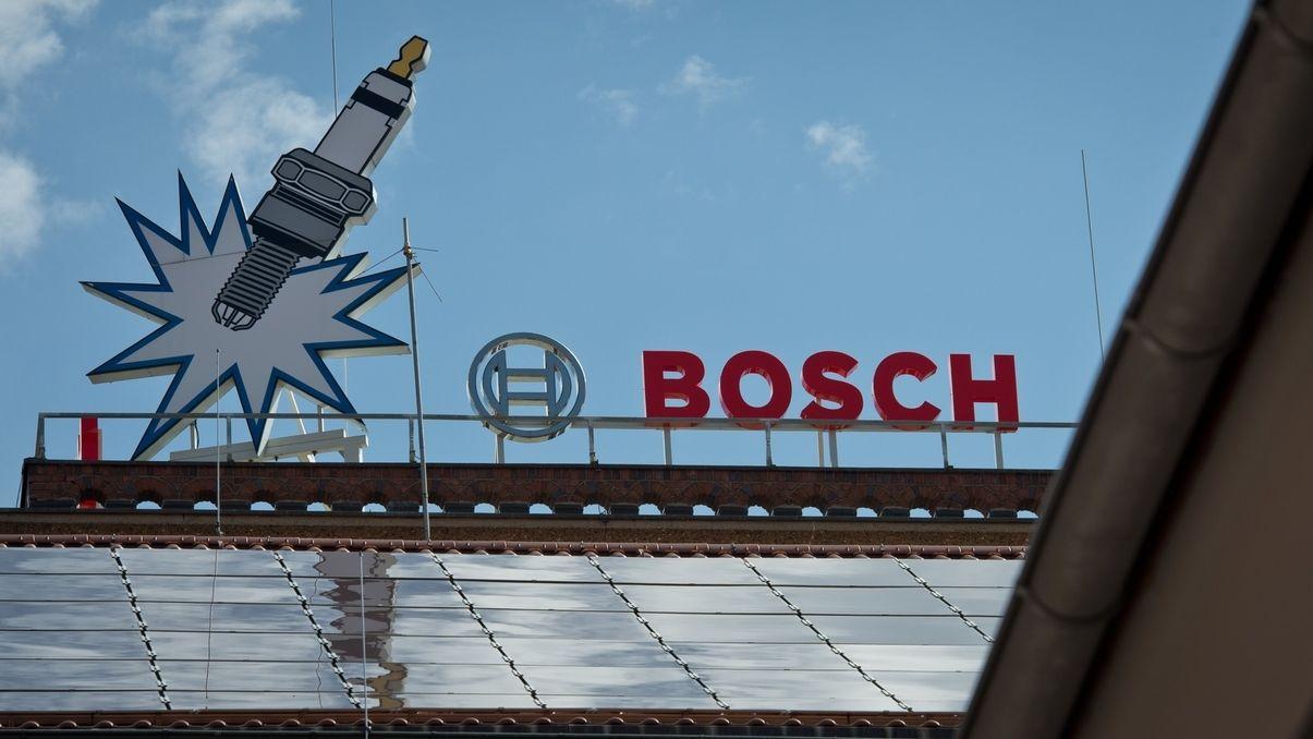 Das Bosch-Werk in Bamberg. Ein Schriftzug und eine Zündkerze sind zu sehen.