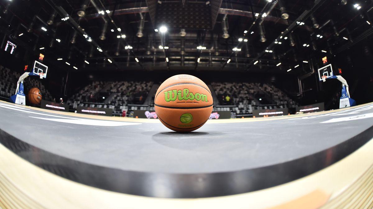Ein Basketball in einer Halle