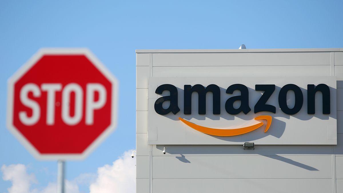 Ein Stoppschild steht vor einem Amazon-Logistikzentrum