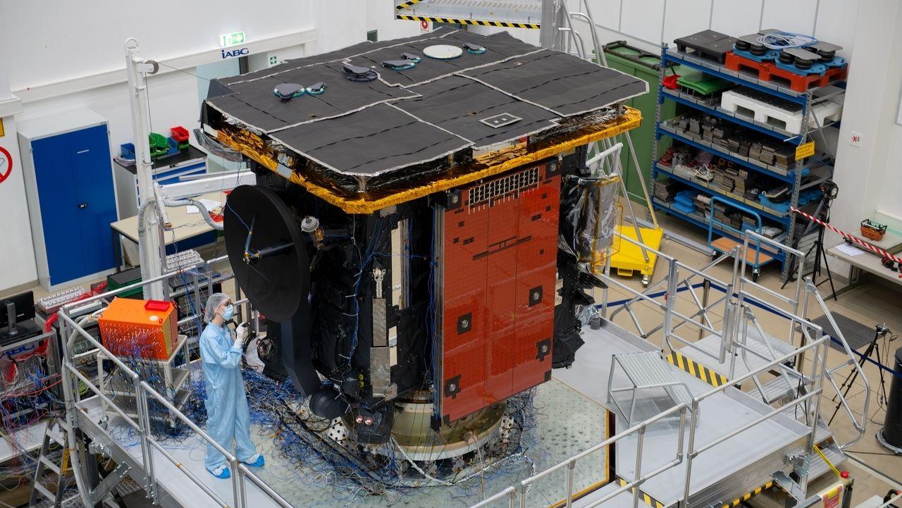 Der Solar Orbiter bei Vorbereitungen für einen Rütteltest im Februar 2019 in Ottobrunn bei München