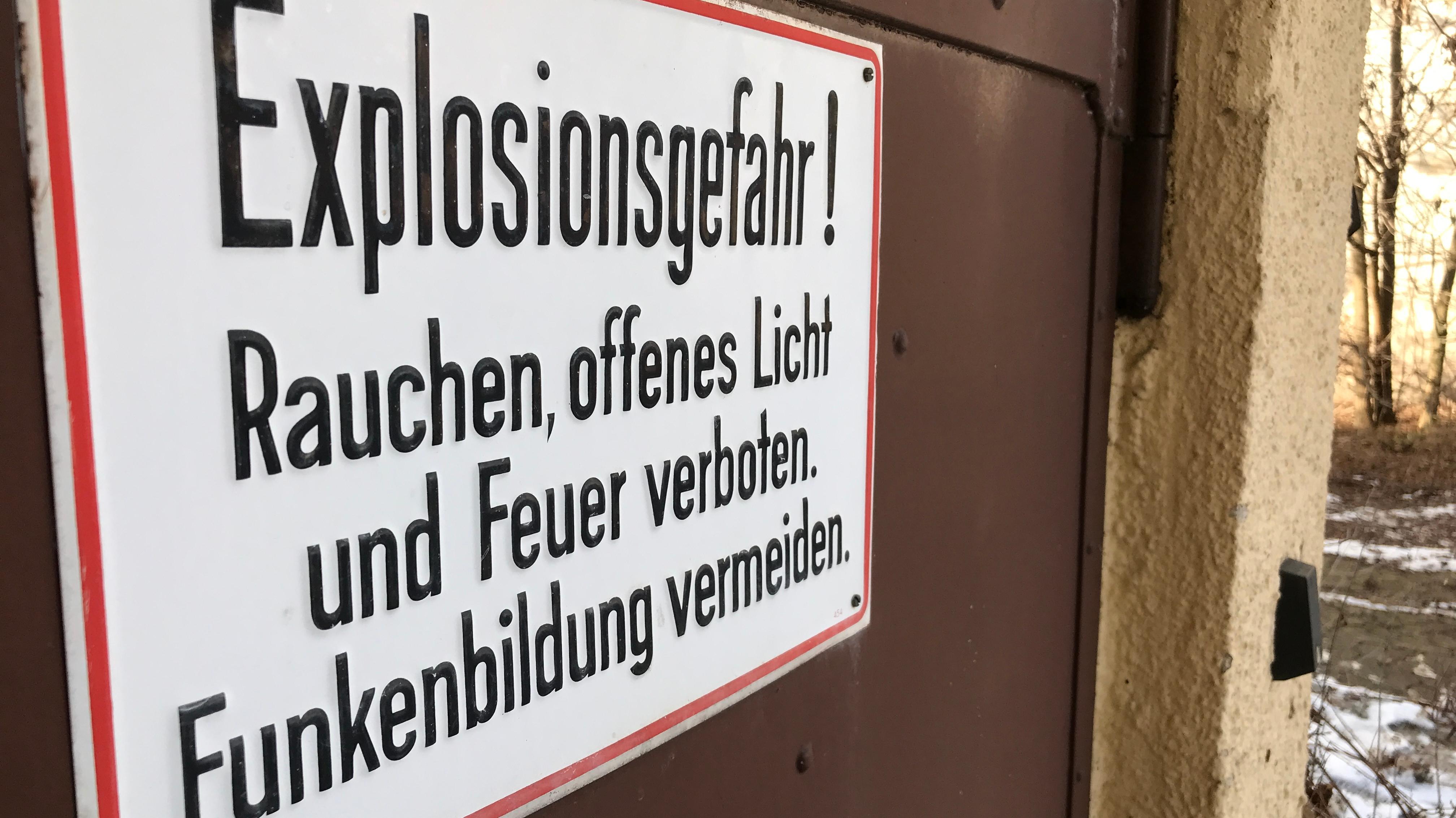 Warnschild auf einer Tür