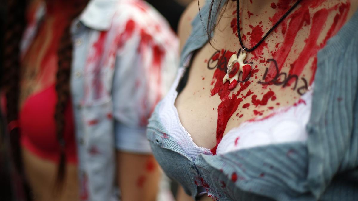 Frauen in Südamerika haben sich bei einer Demonstration gegen Femizid mit künstlichem Blut beschmiert.