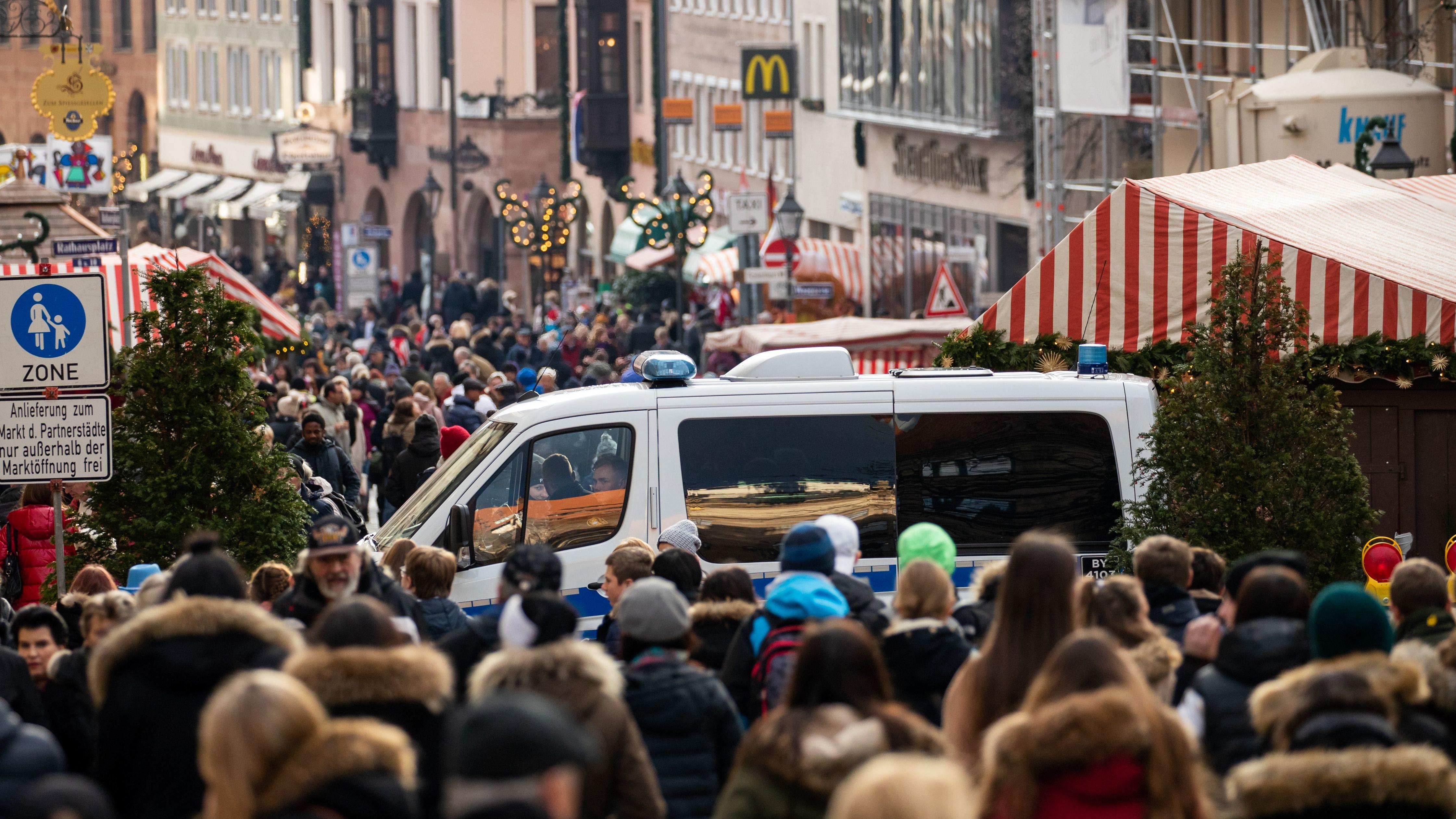 Ein Polizeifahrzeug am Nürnberger Christkindlesmarkt, aufgenommen im Dezember 2018.