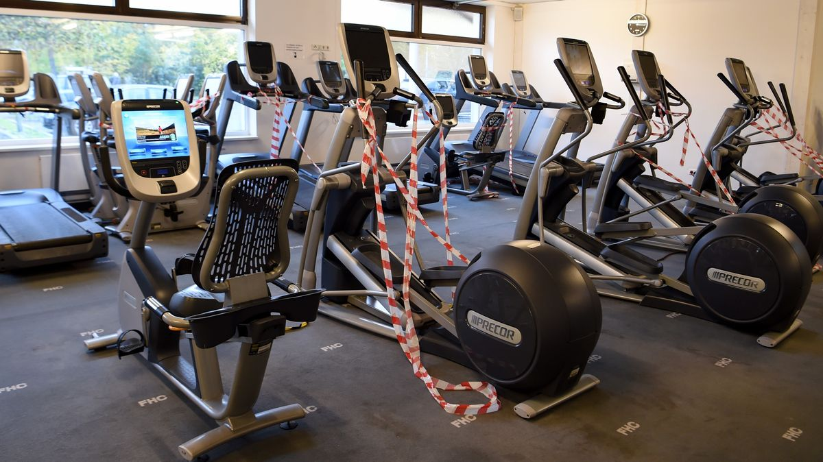 Fitnessstudio, in dem mit roten Bändern Geräte gesperrt sind, um die Corona-Hygiene-Abstände zu garantieren.