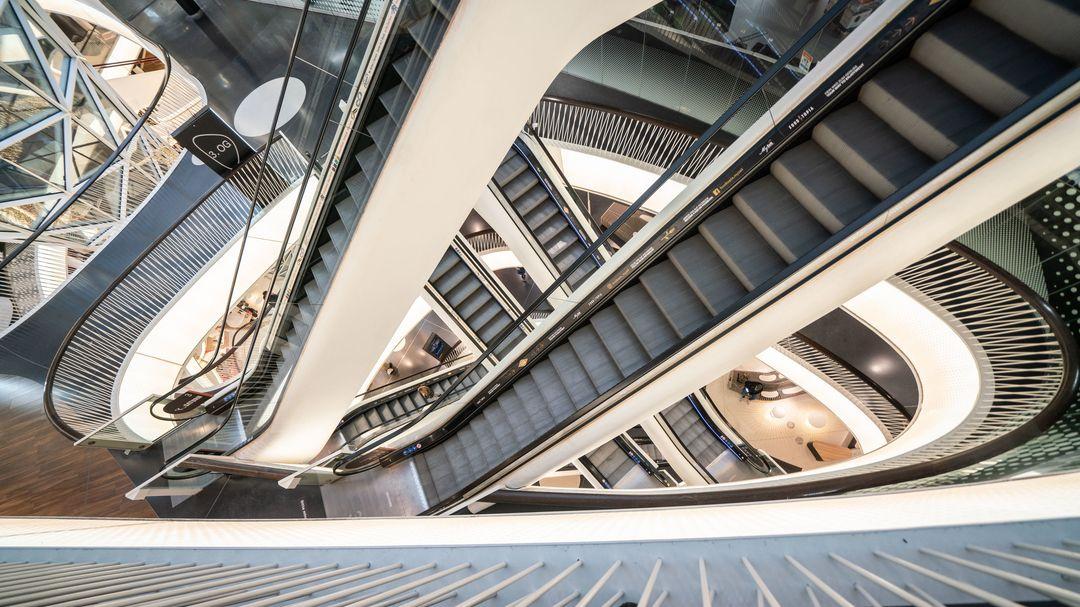 Leere Rolltreppen in einem Einkaufszentrum während des Lockdowns