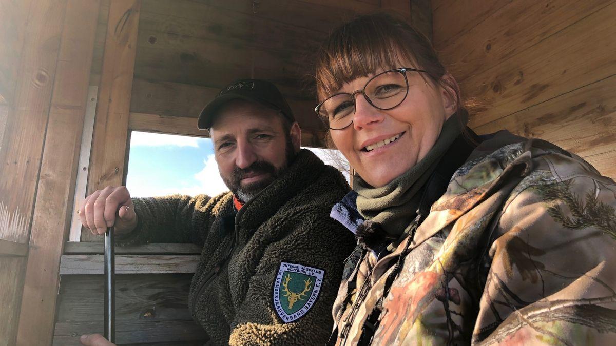 Die angehende Jägerin Claudia Triebig und Thomas Schwab vom Unterfränkischen Jagdklub auf einem Jagdsitz