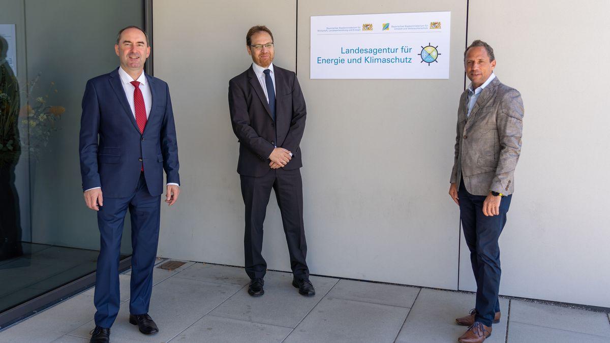 Bayerns Wirtschaftsminister Hubert Aiwanger (links), Umweltminister Thorsten Glauber und der Leiter von LENK, Ulrich Buchhauser (Mitte).