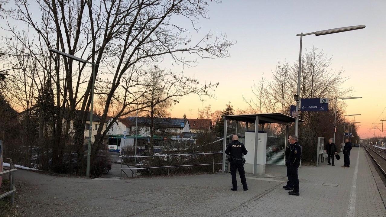 Polizeibeamte am S-Bahnhof Heimstetten