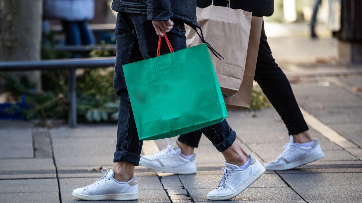 Menschen mit Einkaufstaschen (Symbolbild)
