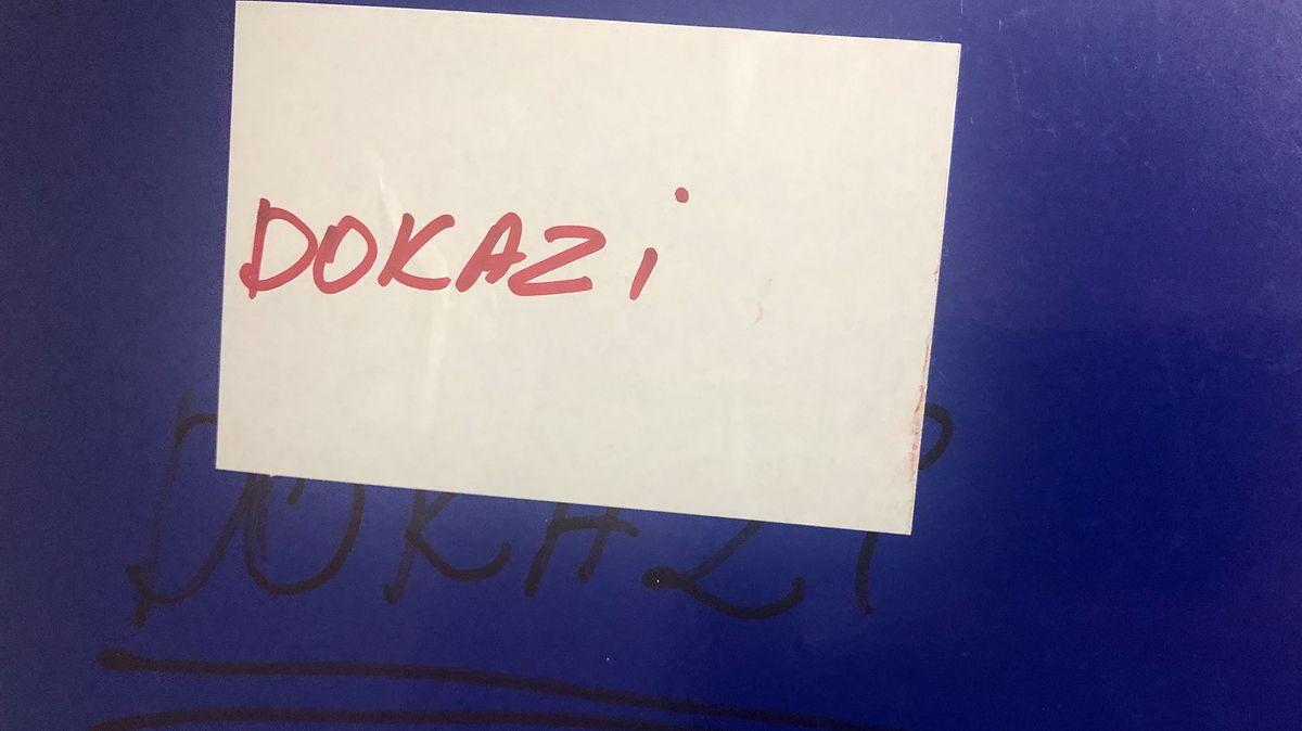 Dokazi – Beweise steht auf der Mappe.