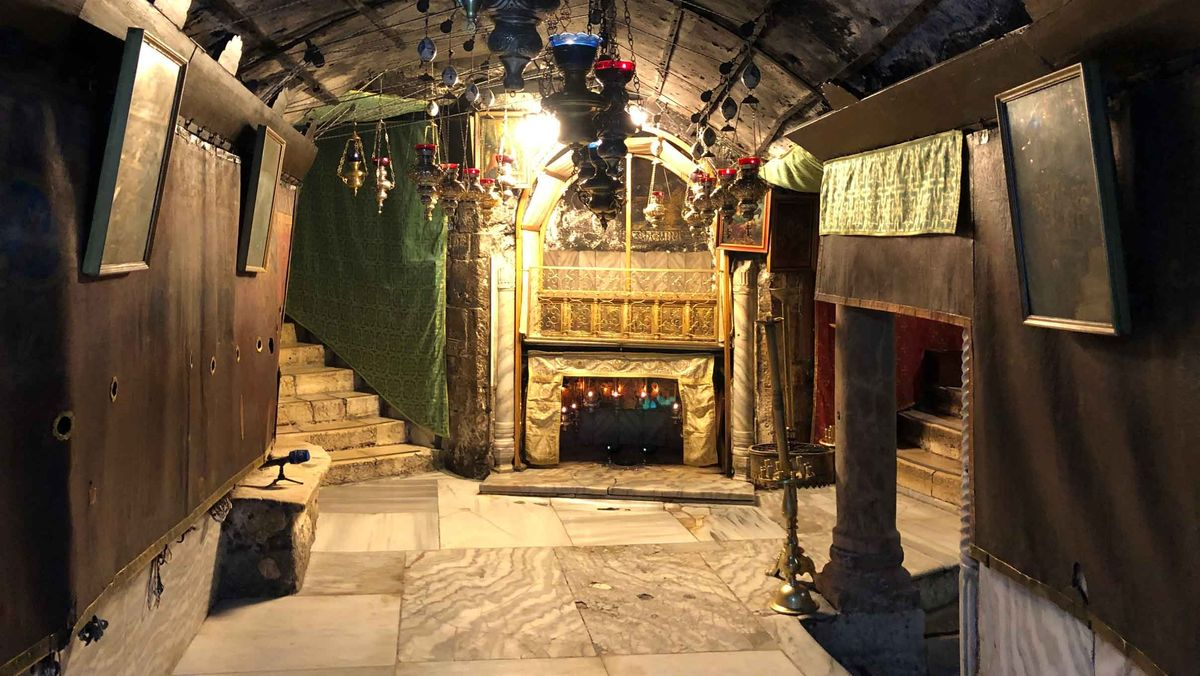 Leere in der normalerweise engen, aber dicht gefüllten Grotte unter der Geburtskirche. Ein Stern markiert den Geburtsort Jesu.