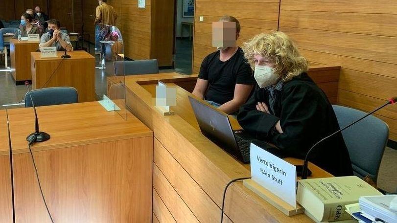 der Angeklagte sitzt neben seiner Anwältin im Gerichtsaal des Landgerichtes Traunstein