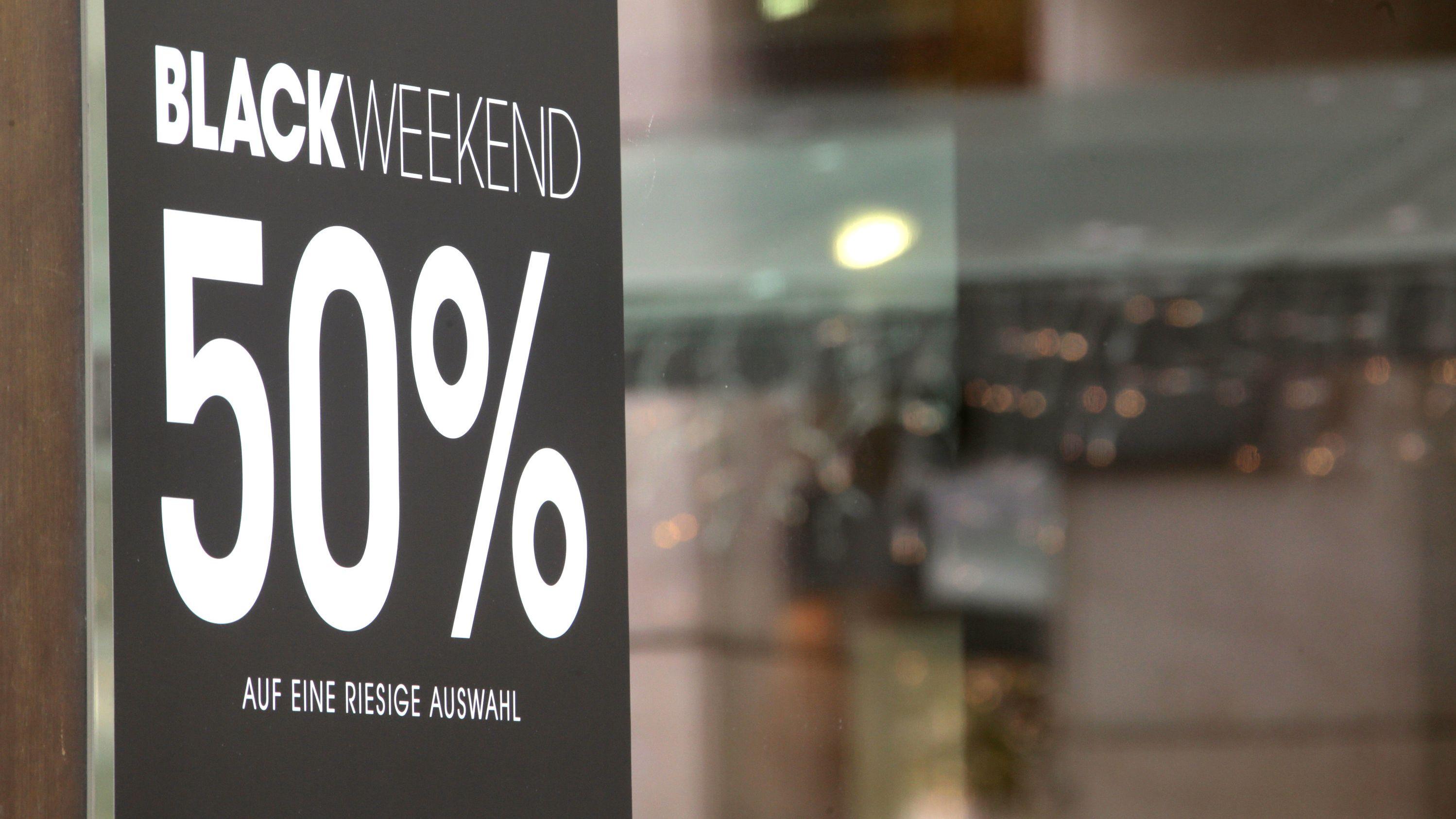 Im Schaufenster eines Geschäfts in der Münchner Innenstadt wird für eine 50-Prozent-Rabatt-Aktion am Black Weekend geworben
