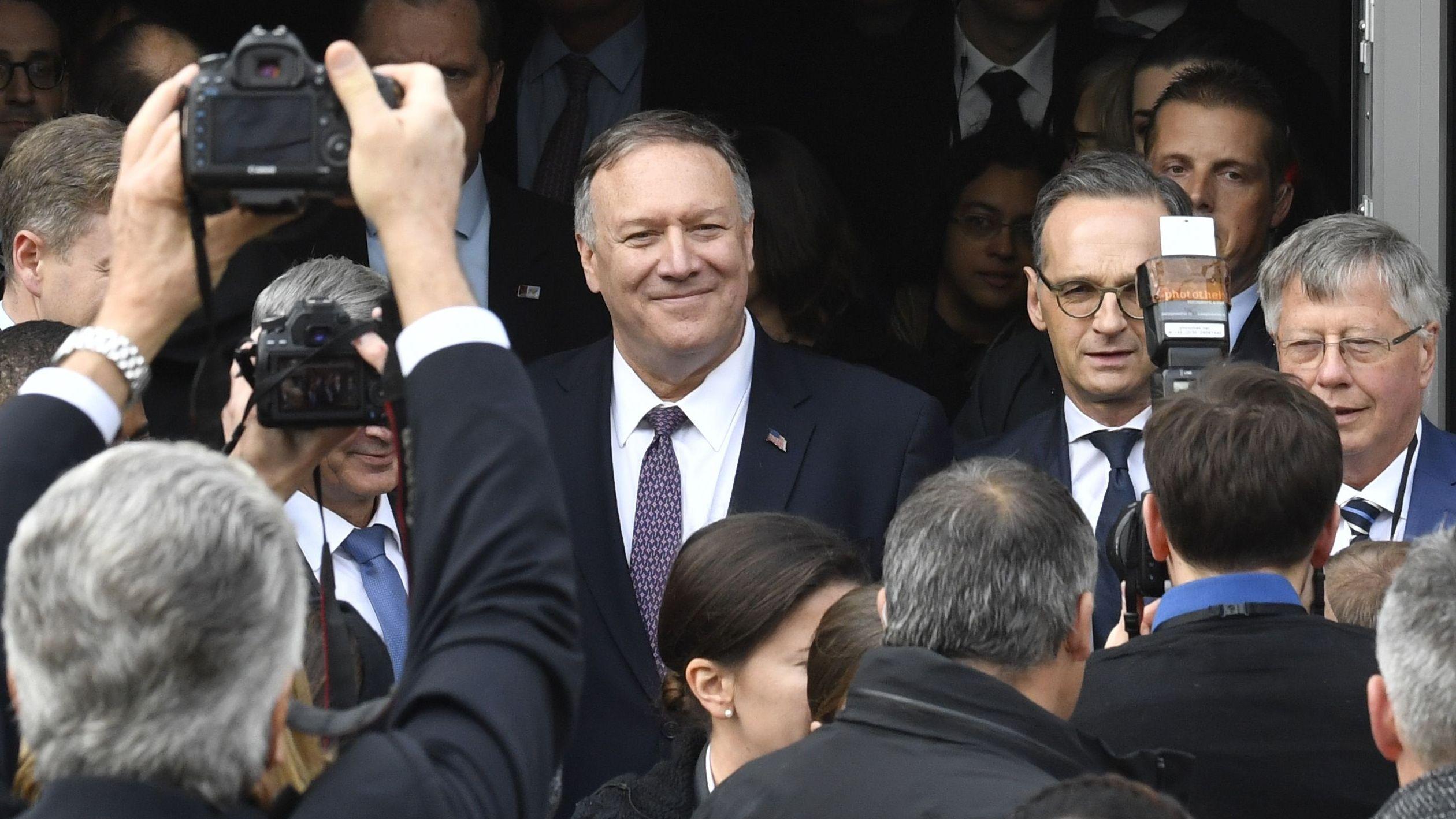 Zwei Politiker vor Menschen mit Kamera.