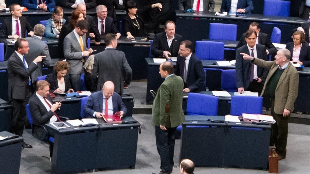 """14.12.2018, Berlin: Nach der von der AfD-Fraktion ausgelösten sogenannten """"Hammelsprung""""-Abstimmung in der Plenarsitzung im Bundestag kommt es im Plenarsaal zu lautstarken Meinungsäußerungen."""