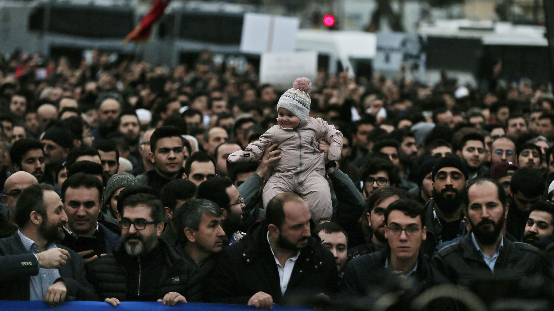 In Istanbul versammeln sich trauernde Menschen nahe der Hagia Sophia.