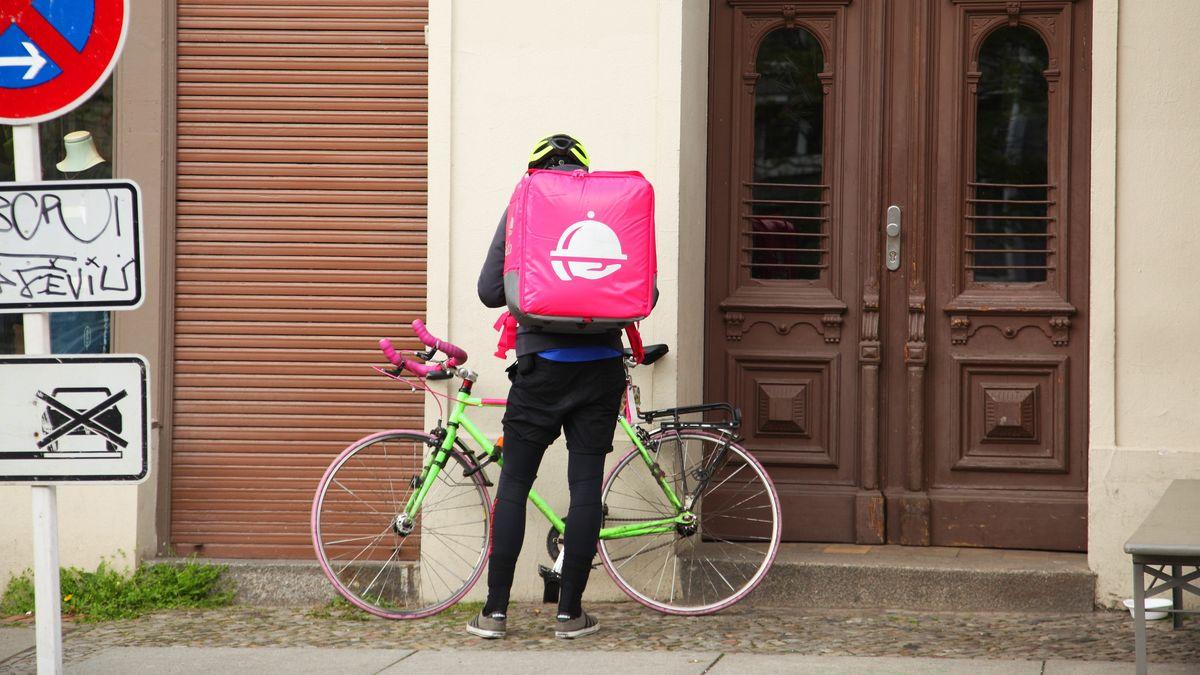 Ein Radkurier fährt Essen für einen Lieferdienst aus