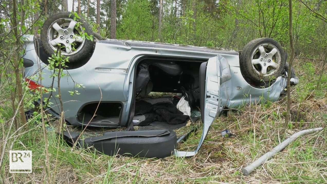 Unfallauto liegt neben der A3 auf dem Dach