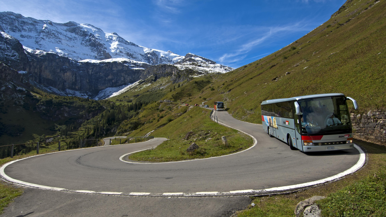 Bus auf einer Passstraße
