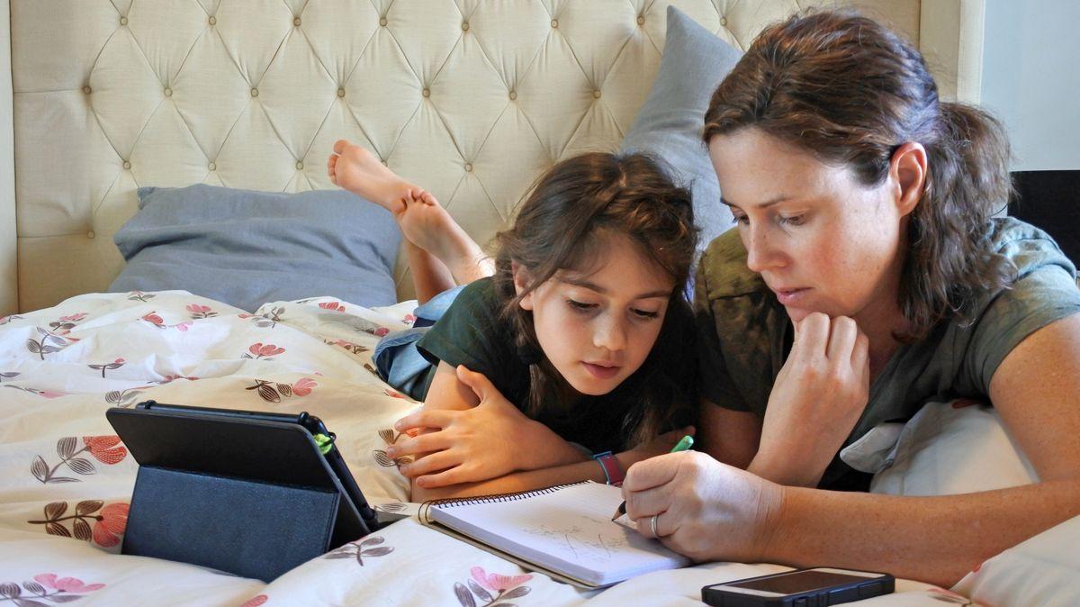 Mutter und Tochter beim Homeschooling (Symbolbild).
