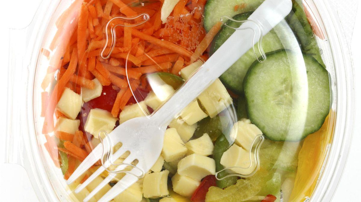 Fertigsalat abgepackt in einer Plastikschale