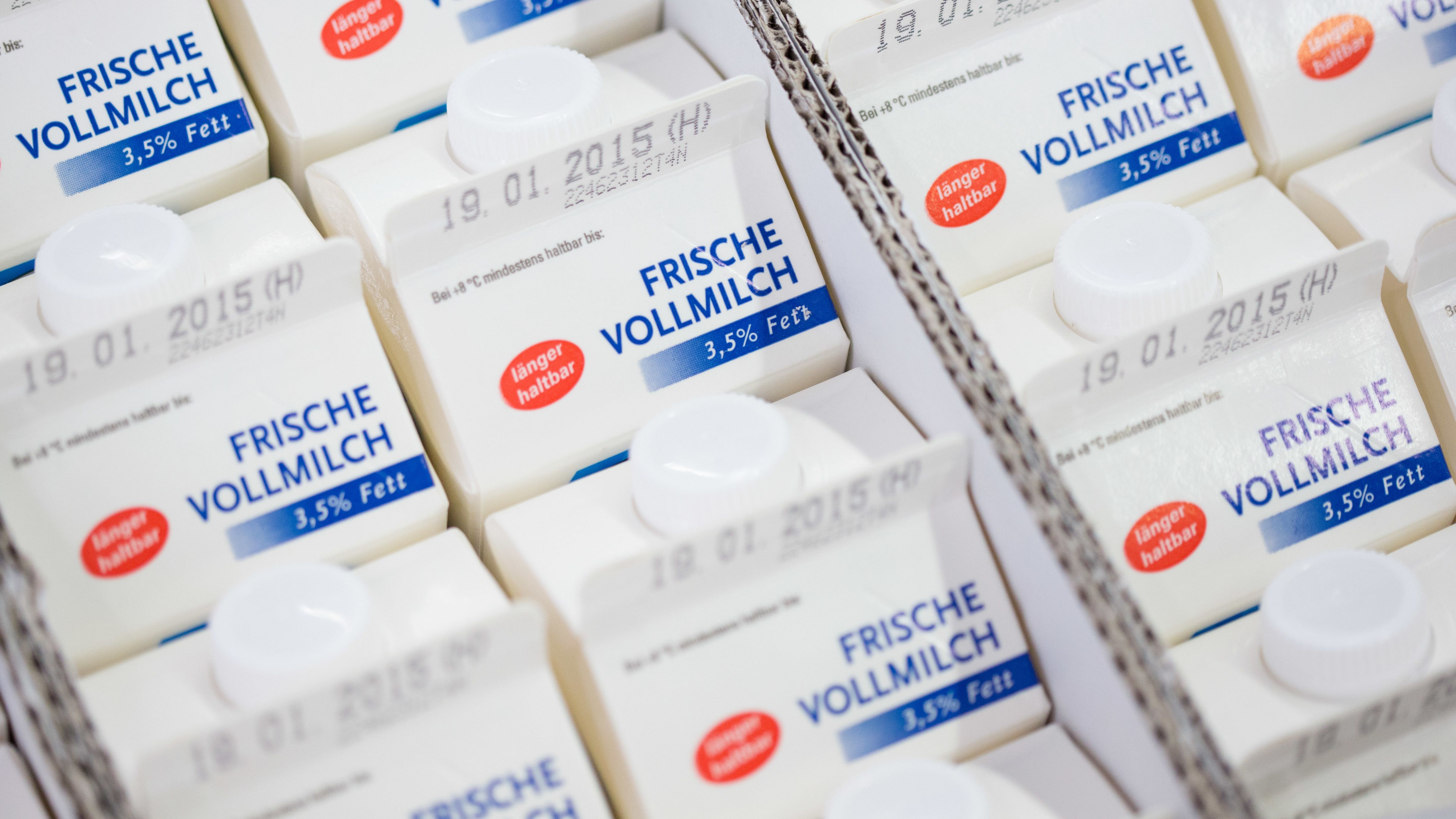 Auf Milchpackungen soll ein klar verständliches Tierwohl-Siegel, wenn es nach der Verbraucherzentrale Bayern geht.