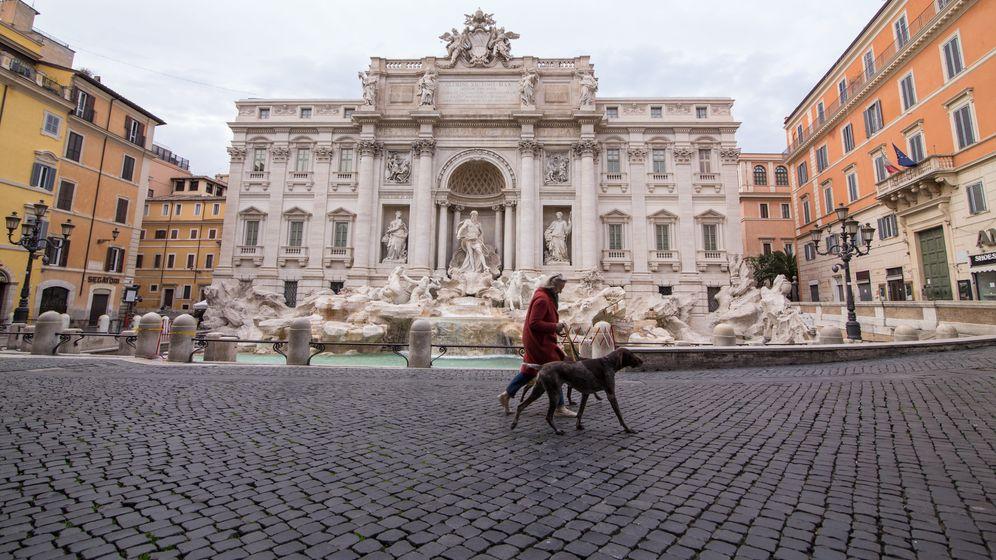 Fast menschenleerer Platz vor dem Trevi Brunnen in Rom   Bild:picture alliance/Pacific Press Agency