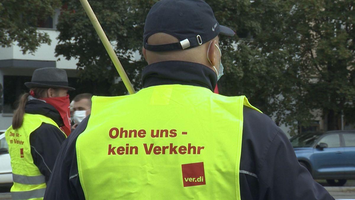 Ohne uns kein Verkehr: So steht es auf der Weste eines streikenden ÖPNV-Beschäftigten