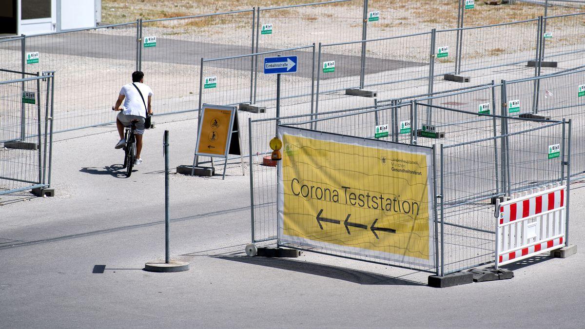 Mann fährt auf dem Fahrrad zu einer Corona-Teststation auf der Münchner Theresienwiese.