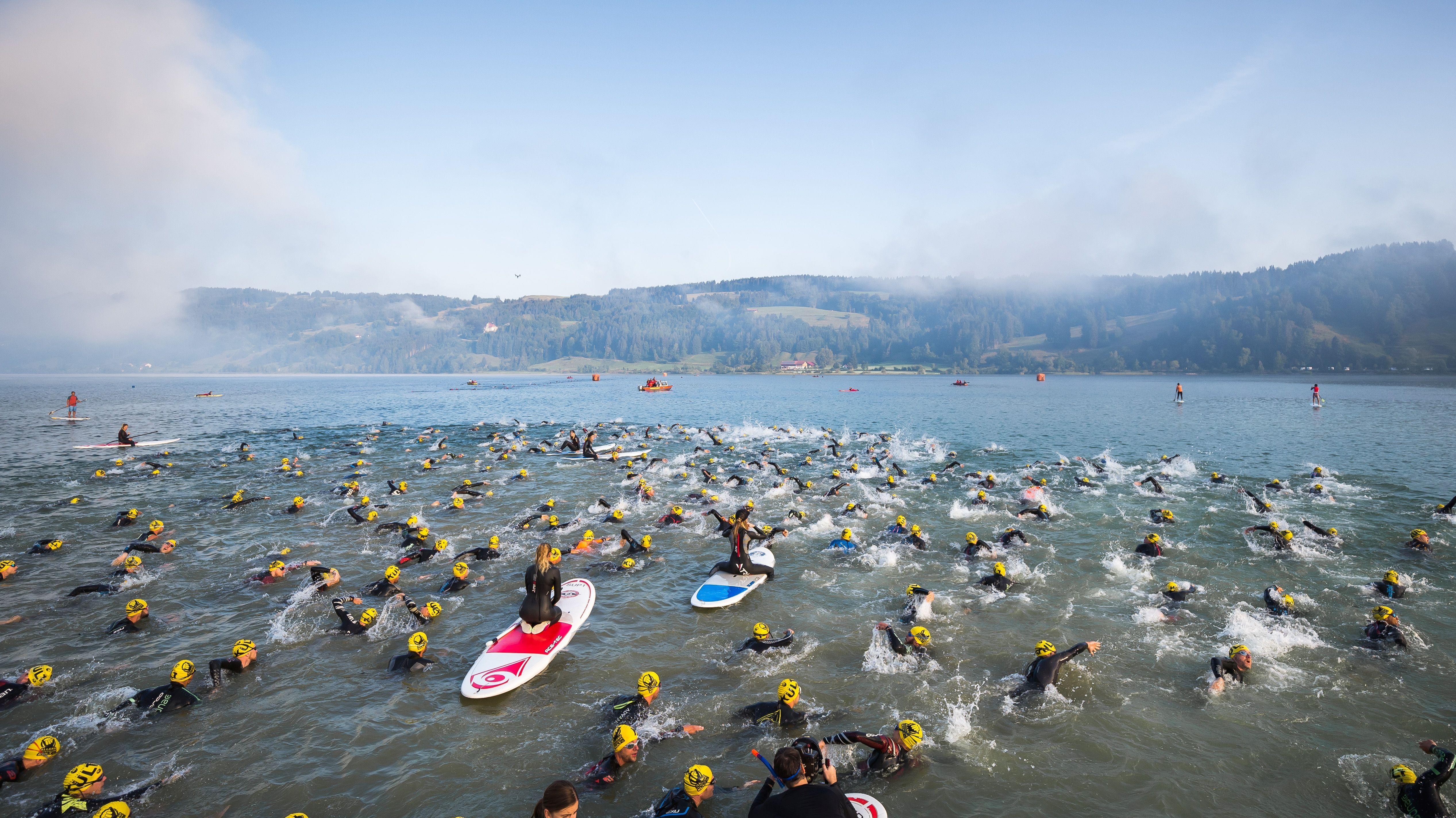 Teilnehmer des Allgäu Triathlon 2018 schwimmen durch den Alpsee