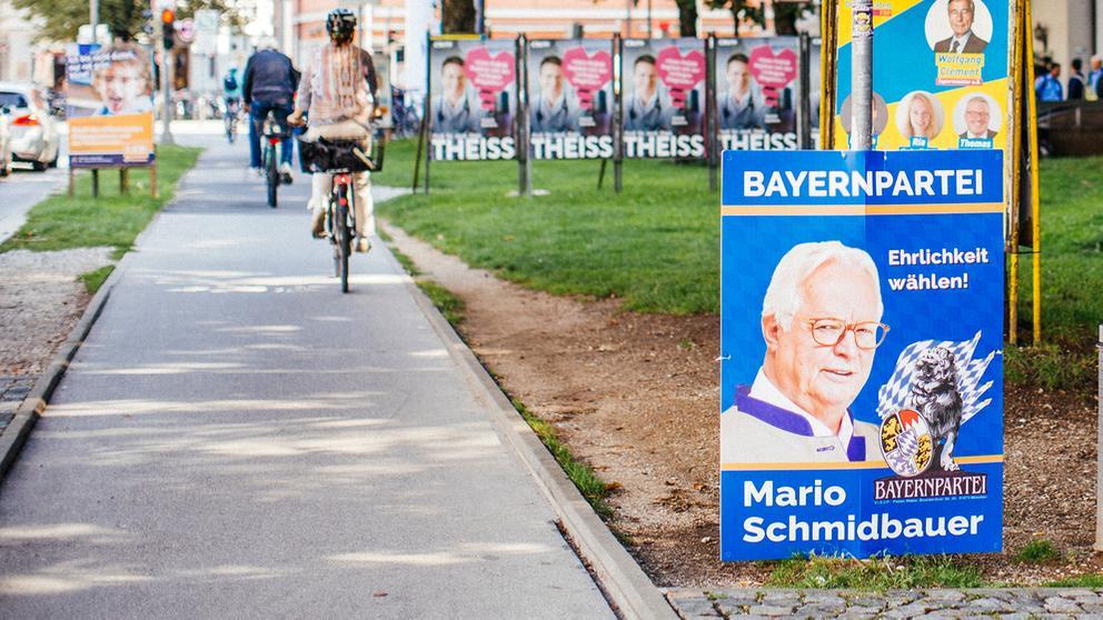Wahlplakat der Bayernpartei neben Fahrradweg | Bild:BR/Johanna Schlüter
