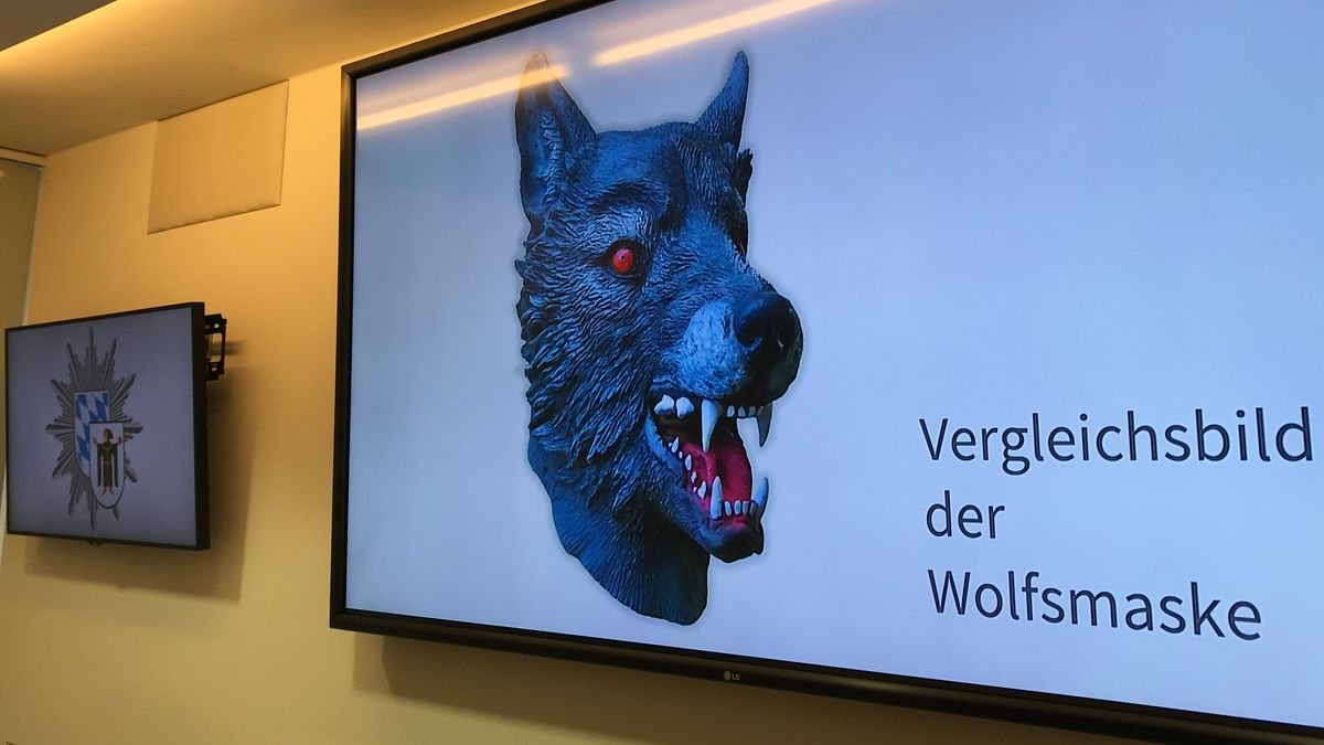 Auf einem Bildschirm im Polizeipräsidium zeigt die Polizei ein Vergleichsbild einer Wolfsmaske (gestellte Szene).