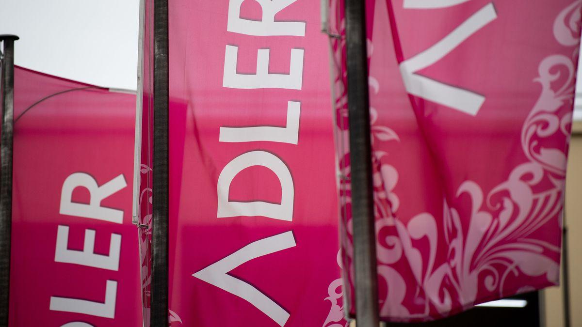 Werbe-Fahnen des Modeunternehmens Adler.