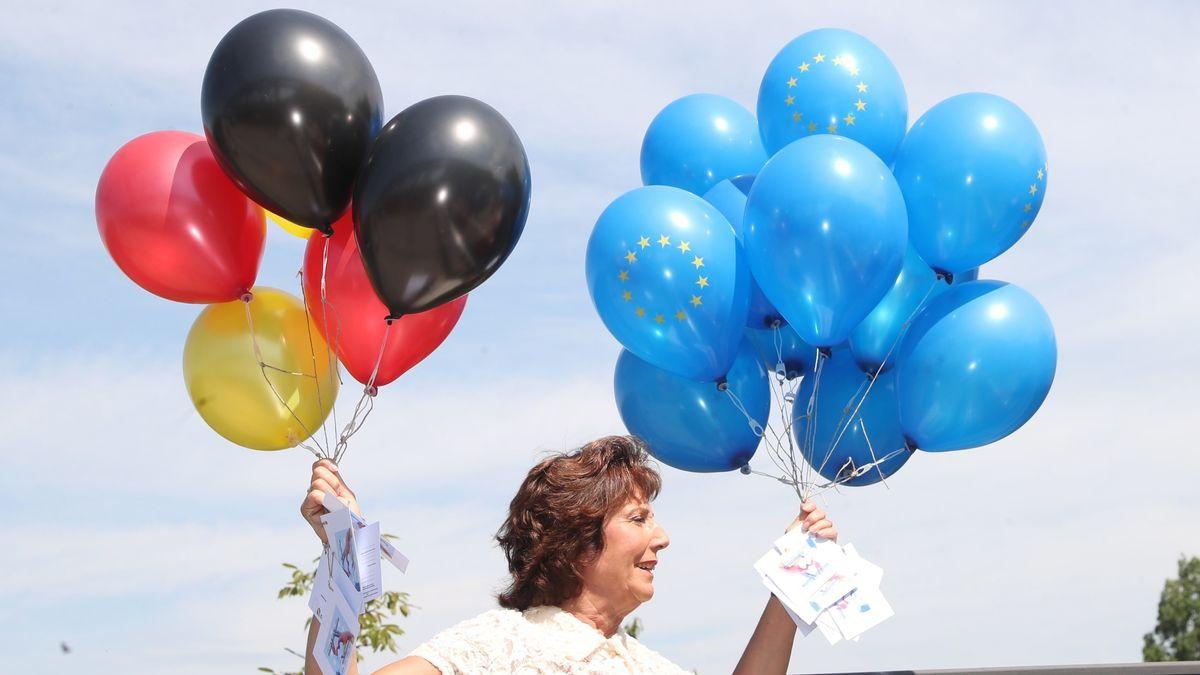 8. Mai 2020 an der deutsch-französischen Grenze. Martine Laemlin, Bürgermeisterin von Chalampé, lässt symbolisch Ballons in die Luft steigen. Sie hat sich an der Grenze mit ihrem deutschen Amtskollegen, Joachim Schuster, Bürgermeister von Neuenburg am Rhein, unter Einhaltung des Mindestabstand getroffen.