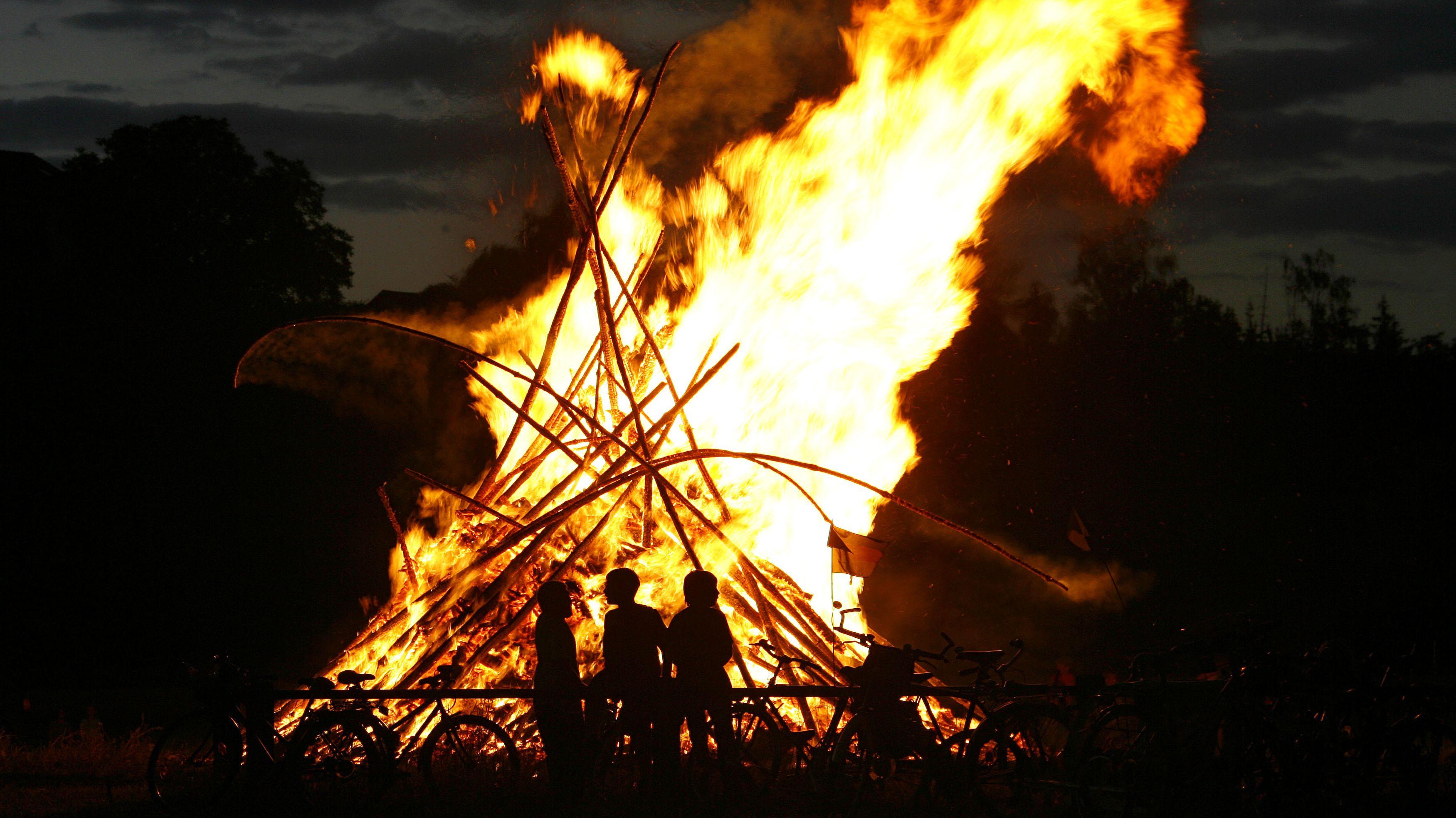 Ein Johannisfeuer in Franken