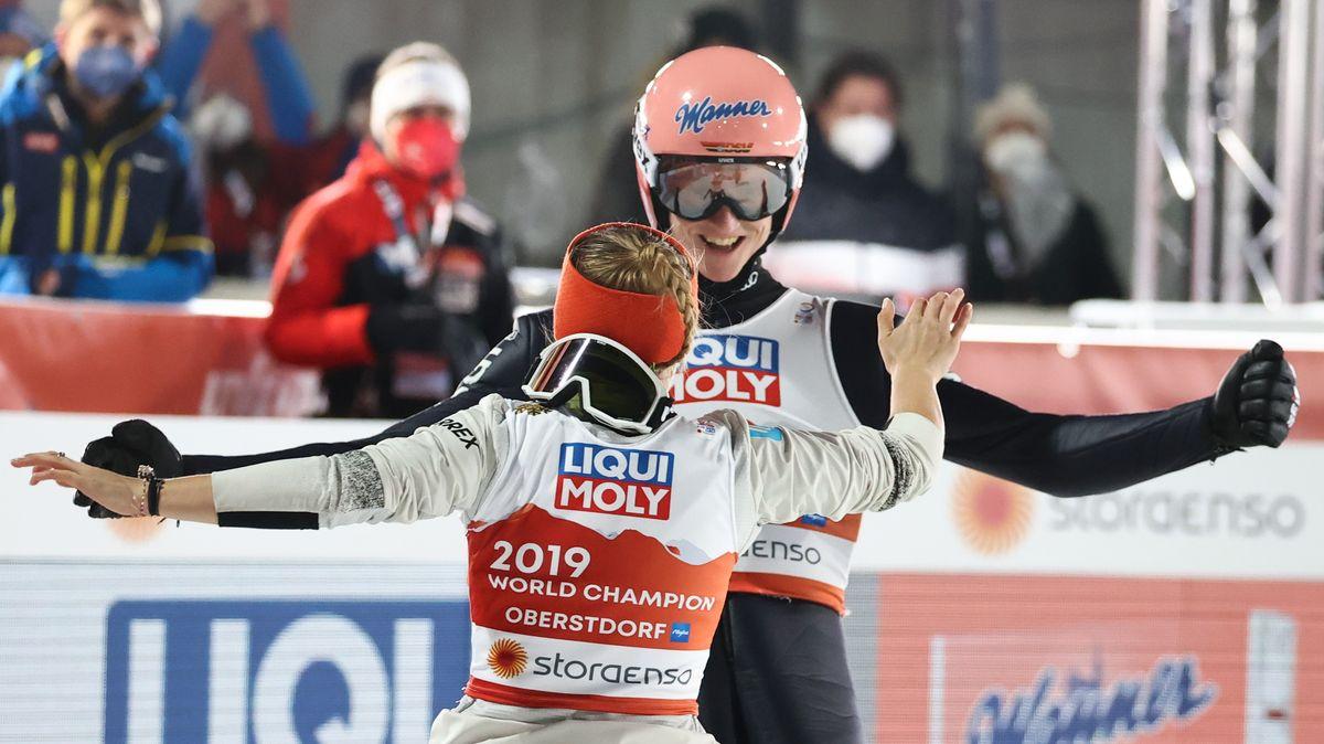 Karl Geiger und Katharina Althaus aus Oberstdorf feiern den Sieg im Mixed-Wettbewerb.