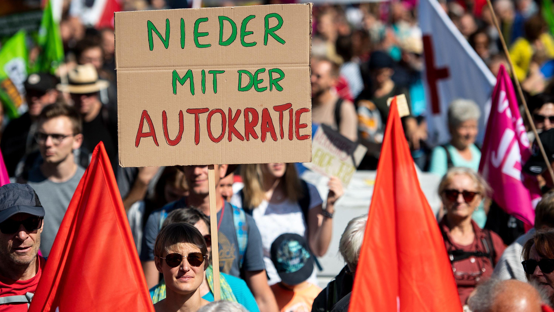 So wie diese Frau mit dem Plakat machten es Tausende am Samstag. Gemeinsam demonstrierten sie in Frankfurt gegen die IAA.