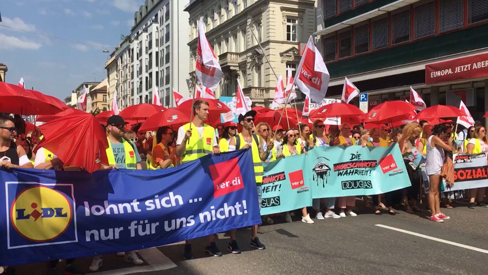 Zahlreiche Beschäftigte des Handels haben heute die Arbeit niedergelegt und sich zu einer Kundgebung in München getroffen.