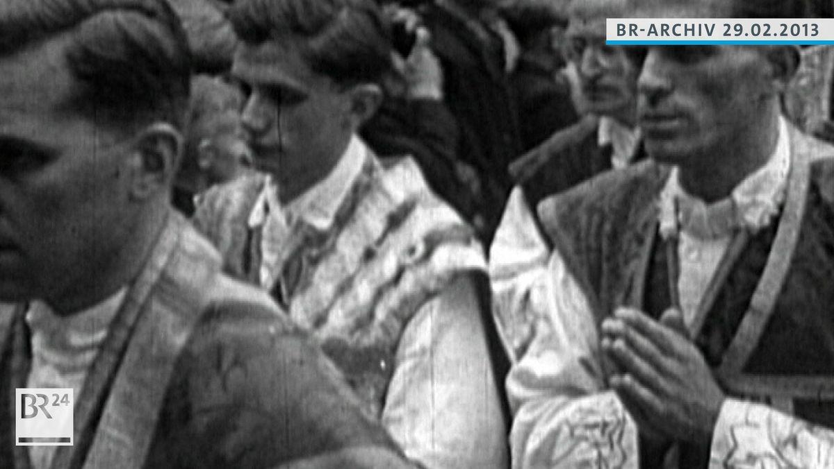 Joseph Ratzinger mit anderen neugeweihten Priestern