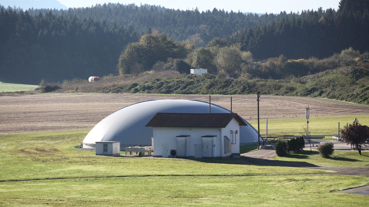 Biogasanlage bei Bauernhof im Voralpenland