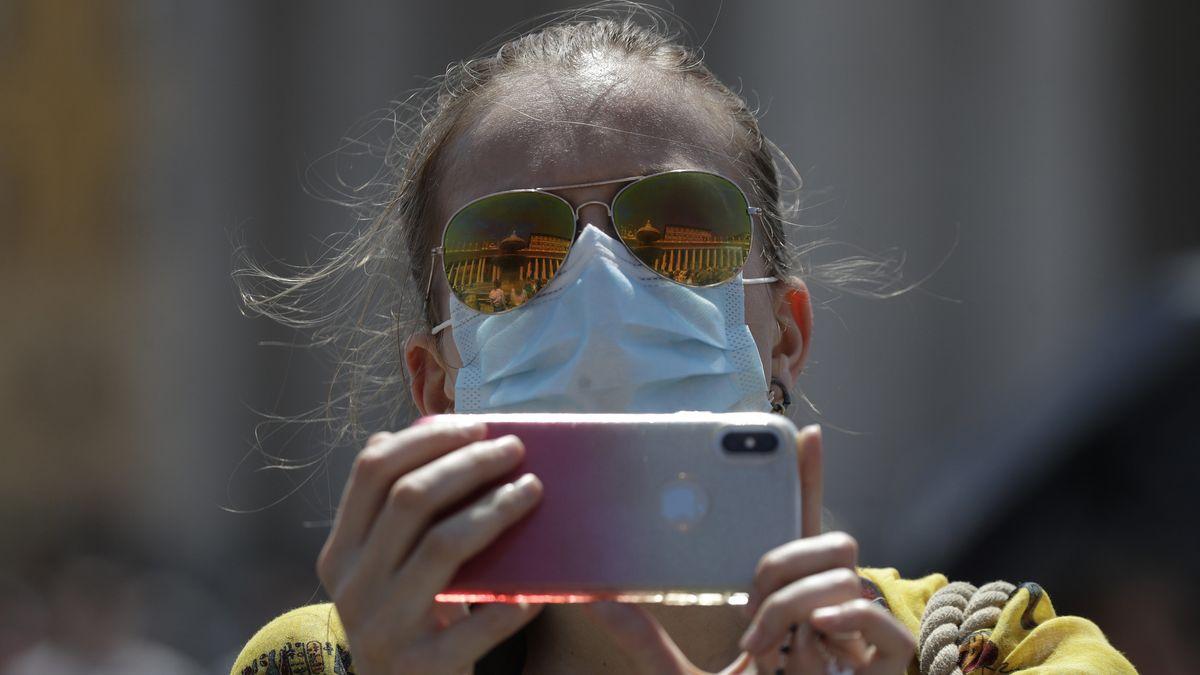 """Wie diese Frau in Rom sollte man Handys bei Hitze nicht behandeln: Also sie in der direkten Sonne mit """"Arbeiten"""" wie Fotos oder Filmen belasten."""