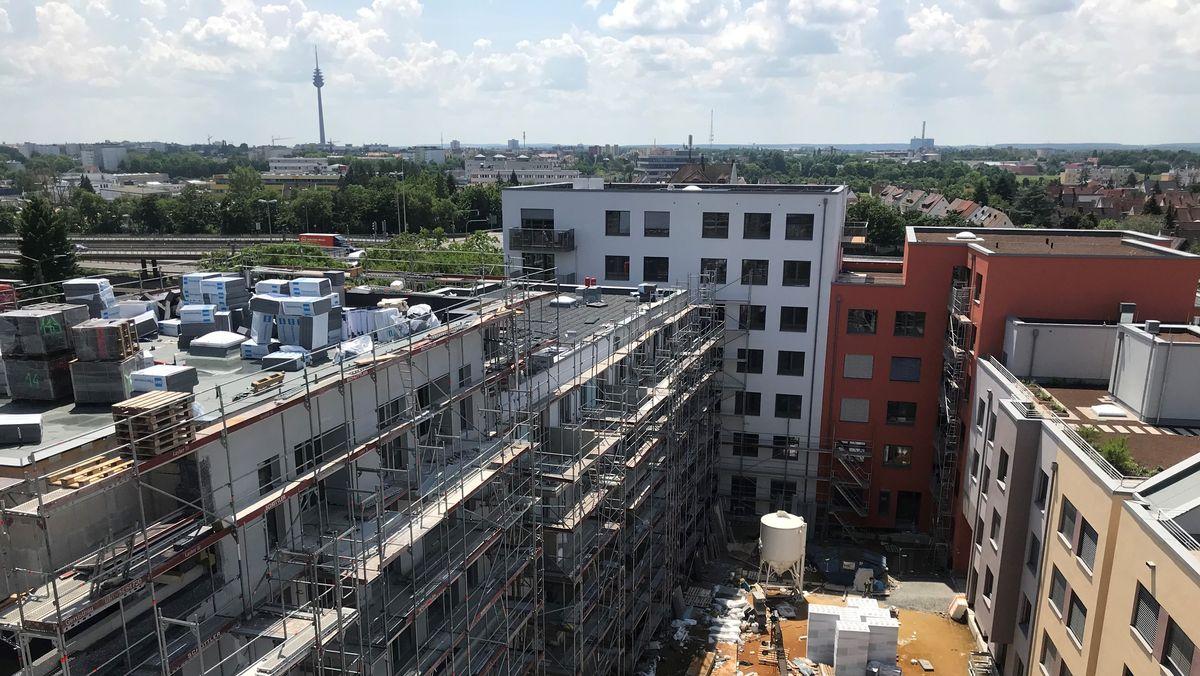 Wohnkomplex mit 140 Wohnungen, teilweise noch im Rohbau