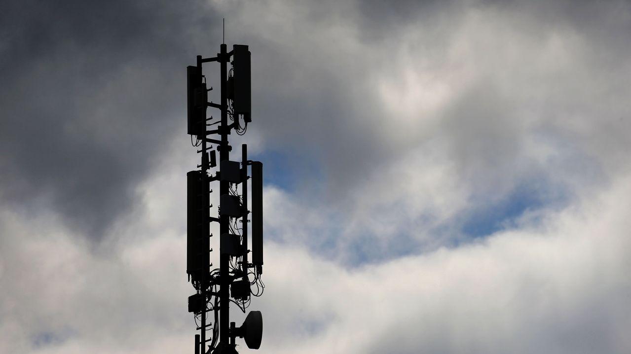 Ein Mobilfunkmast. Im Hintergrund dunkle Wolken.