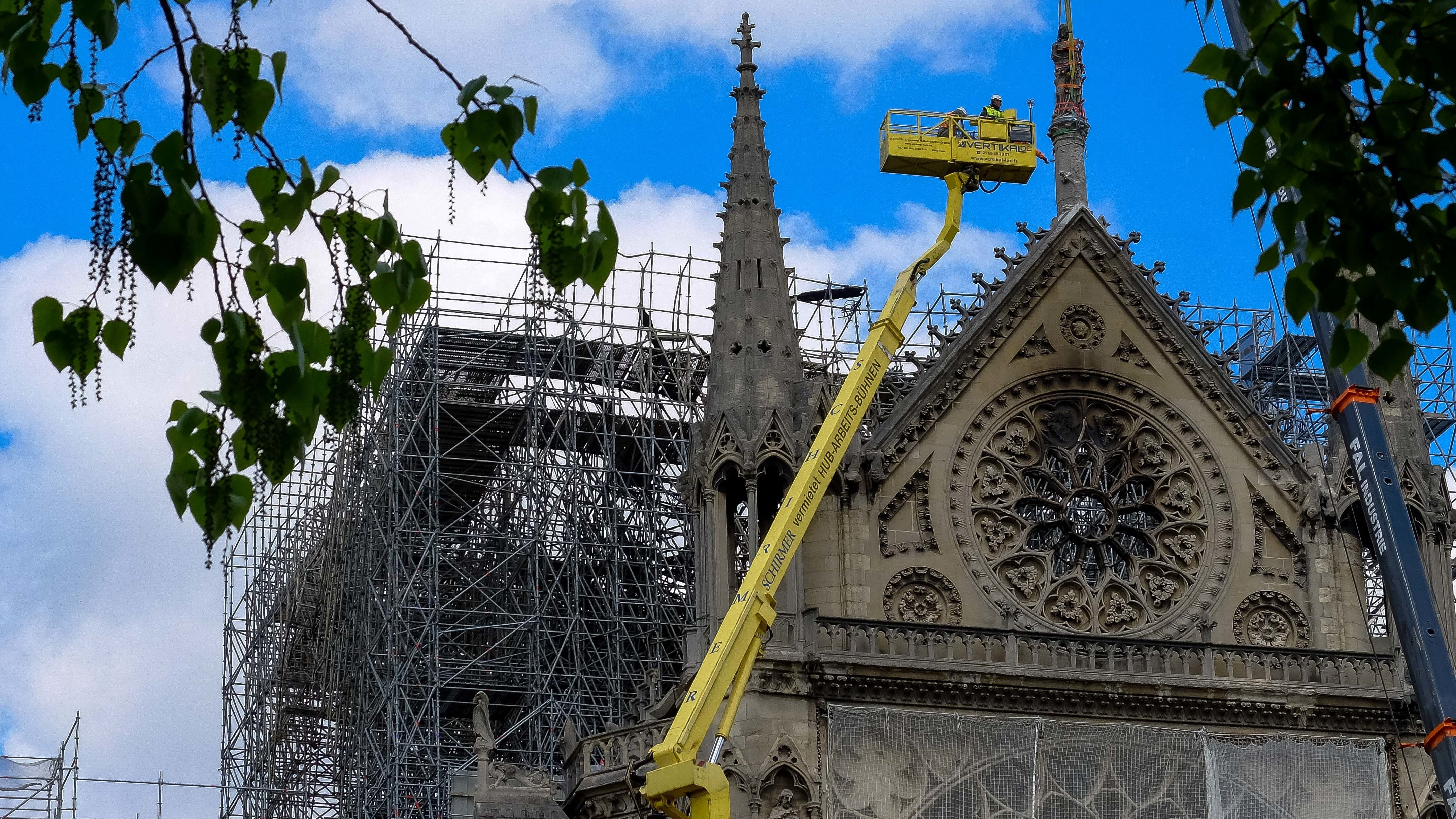 Kran vor der eingerüsteten Kathedrale Notre-Dame in Paris.
