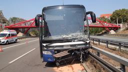 Der Reisebus nach dem Unfall auf der A73 | Bild:dpa-Bildfunk/pfae