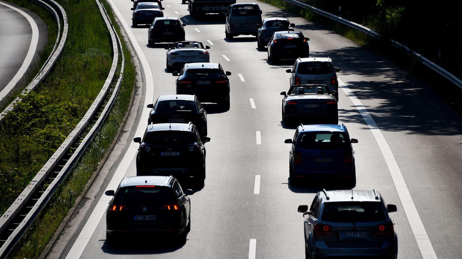 Symbolbild: Autos stehen in der Sonne im Stau auf der Autobahn.