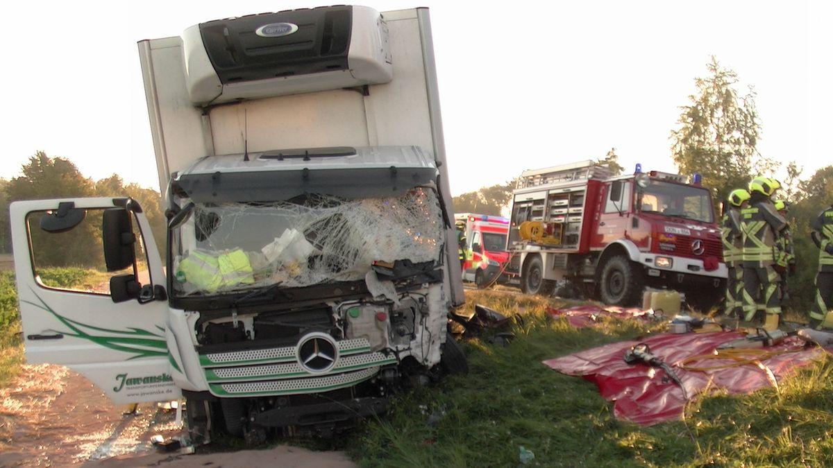 Schwerer Unfall auf der B16 bei Rain: Ein Lastwagen mit zertrümmerter Frontscheibe