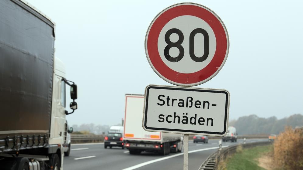 Schild Straßenschäden Tempo 80 | Bild:picture alliance/Soeren Stache/dpa